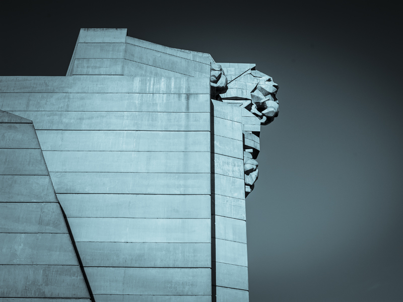 A massive lion adorns the top of the monument. According to urban legend, it is hollow