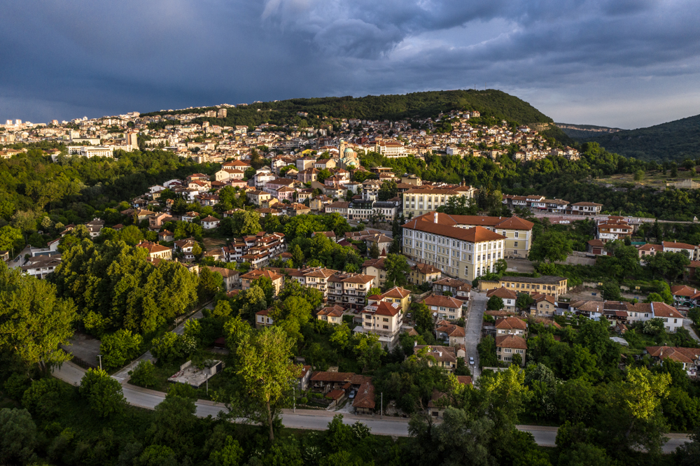"In 1911, Tarnovo houses stunned Le Corbusier. ""What an incredible city,"" the architect wrote. ""Thousands of houses balancing on the edge of vertical cliffs, rising one above the other, reaching up to the top of the ridge. Their walls are white, their skeleton is black and their roof is like tree bark. Seen from a distance, the monotonous layering of the houses makes space for several large white spots, which are the churches"""